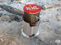 Kocher steht und brennt, der Deckel ist aus Dosenblech gefertigt
